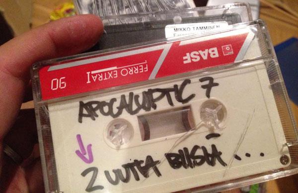 """Mikko """"Setä Tamu"""" Tammisen ensimmäisiä biisejä julkisessa soitossa. Bändinä oli vielä Apocalyptic 7."""